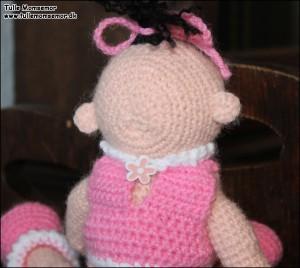 Tvillingerne - Ingrid viser knappen i den lille trøje