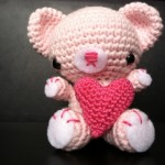 Valentine Bamse med hjerte af Yarn Planet